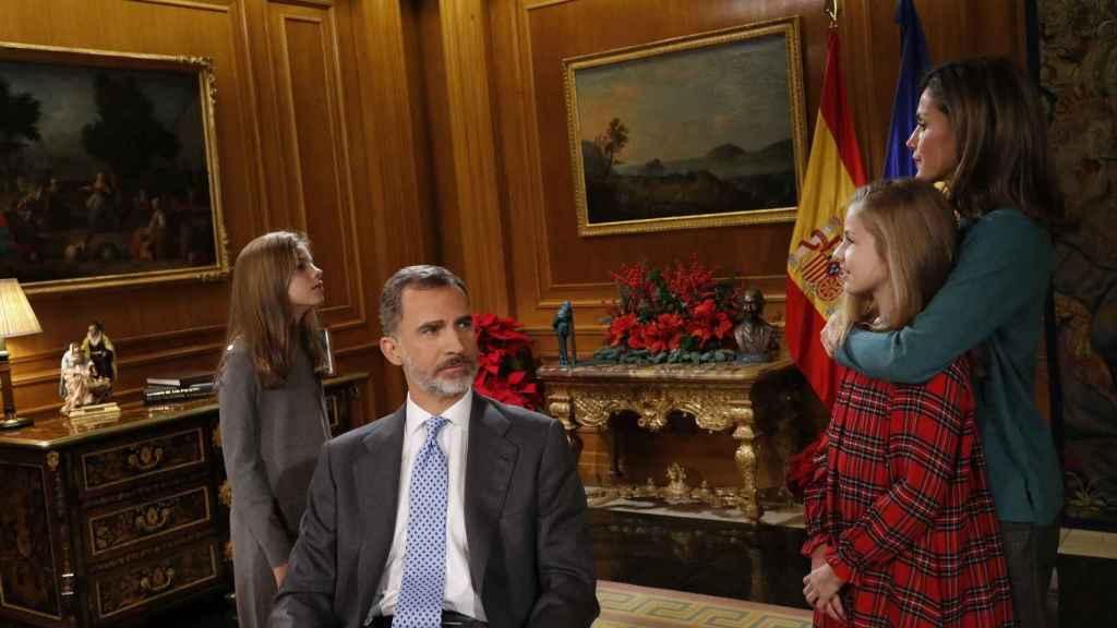 Leonor y Sofía junto a Felipe VI y Letizia antes del discurso de Nochebuena.