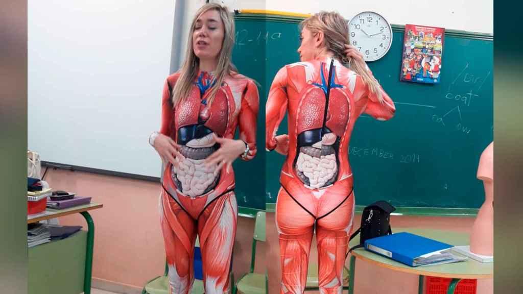 Verónica Duque durante una clase vestida con su peculiar disfraz anatómico.