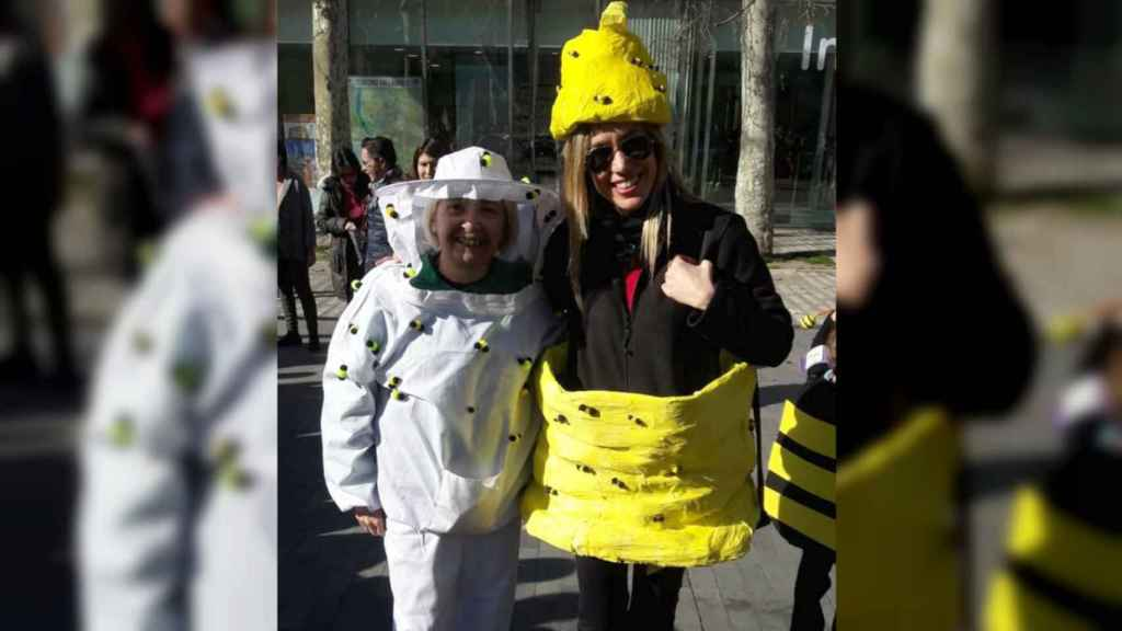 Verónica disfrazada de colmena junto a una compañera que va de apicultora.