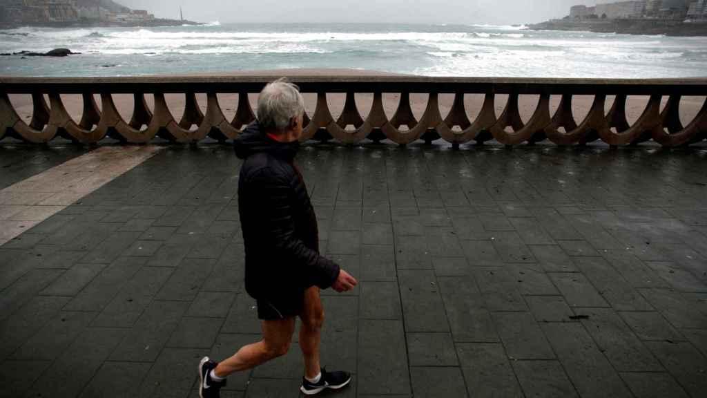 Un hombre pasea este jueves 13 de diciembre en A Coruña.