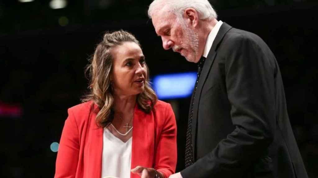 Becky Hammon y Gregg Popovich, en un partido de los San Antonio Spurs