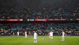 Pancartas de Spain, sit and talk, en el Camp Nou