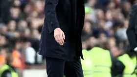 Zinedine Zidane da órdenes a sus jugadores desde la banda del Camp Nou