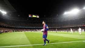 Leo Messi camina hacia el córner