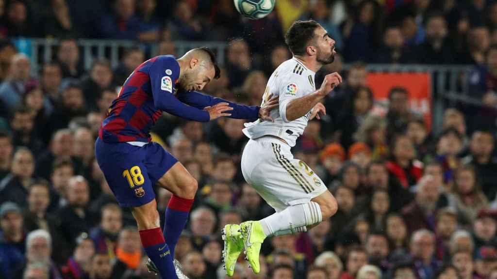 Jordi Alba empuja a Carvajal en un salto