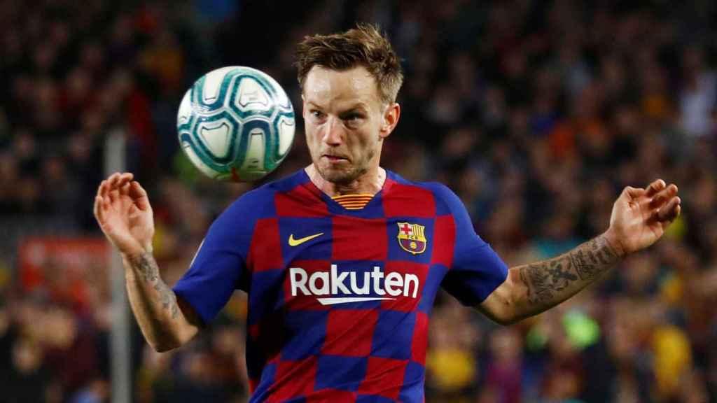Ivan Rakitic controla el balón