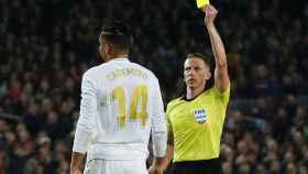 Hernández Hernández muestra la tarjeta amarilla a Casemiro