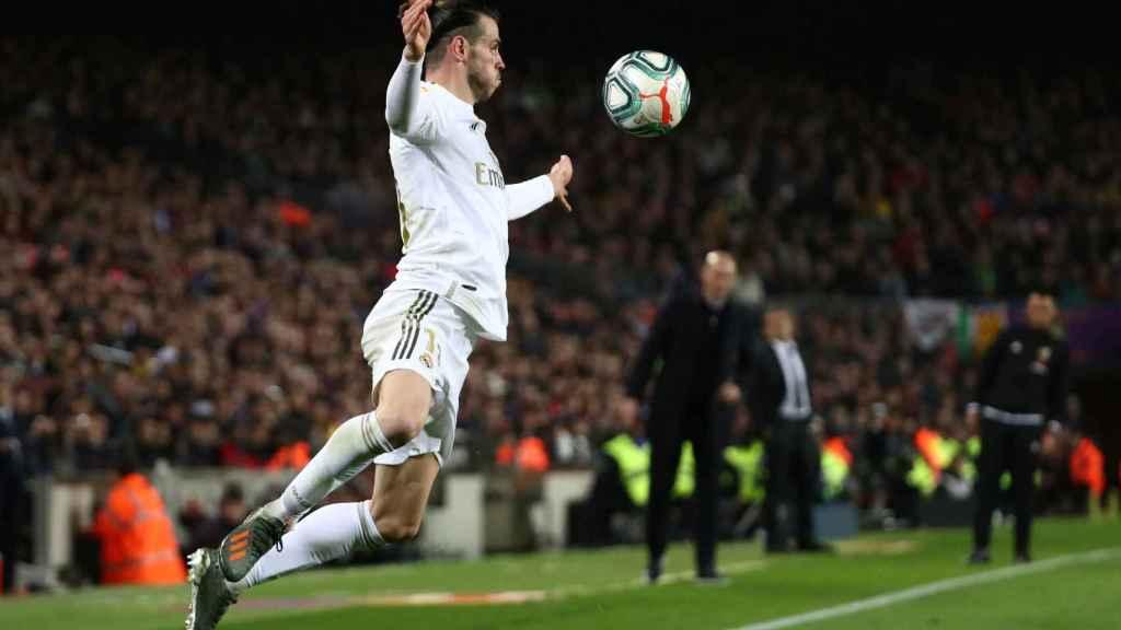 Gareth Bale controla un balón por alto