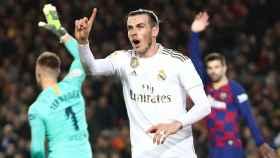 Gareth Bale protesta la decisión de anular su gol al Barcelona