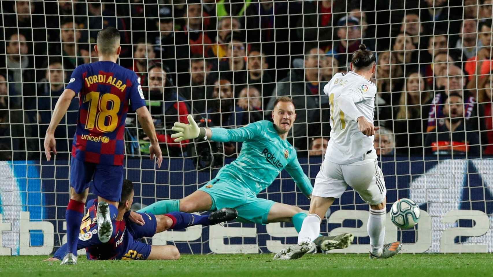 Gareth Bale empuja el balón a la red pero el gol fue anulado por fuera de juego previo