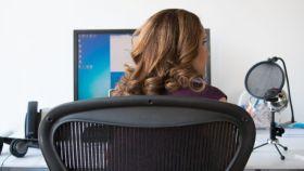 Una mujer trababa en la oficina, en una imagen de archivo.