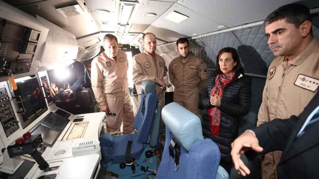 La ministra de Defensa, Margarita Robles, acompañada del JEMA, general Salto, dentro del avión del destacamento Grappa.