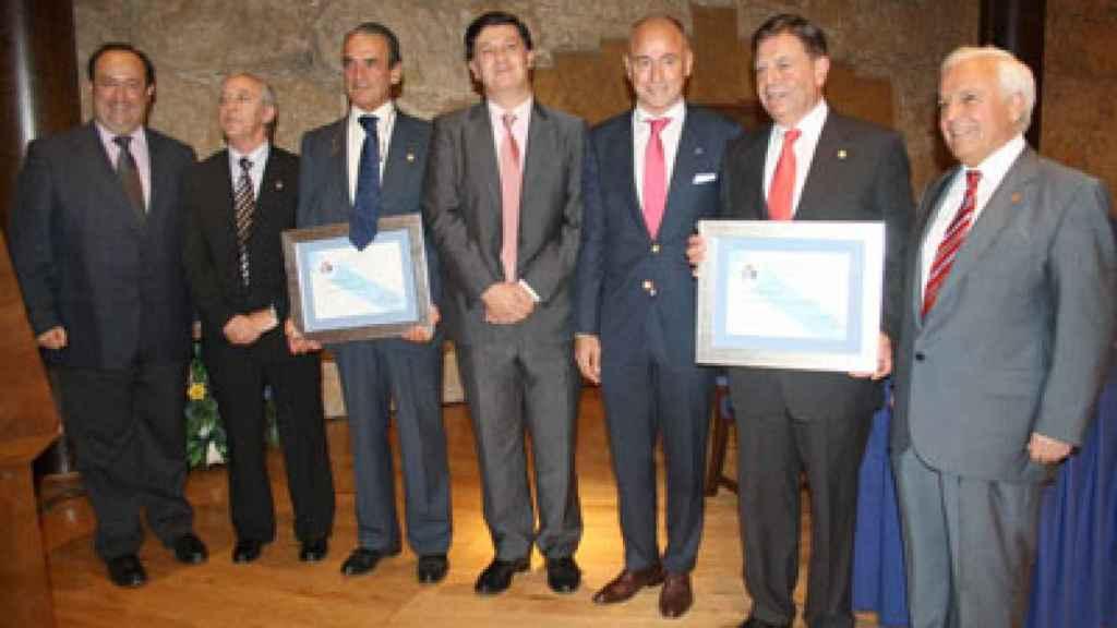 Con Mario Conde, recogiendo su distinción como socio de honor de la Casa de Galicia en Asturias.
