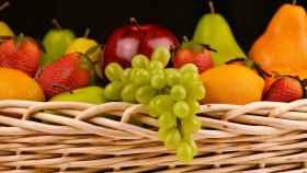 Un cesto lleno de frutas.