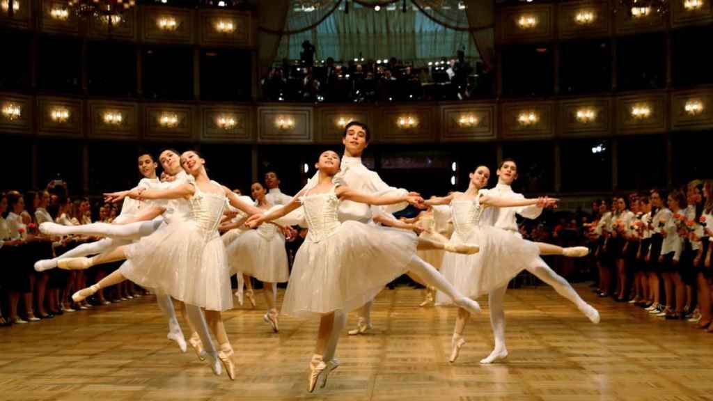 Bailarines de la Ópera de Viena durante una actuación.