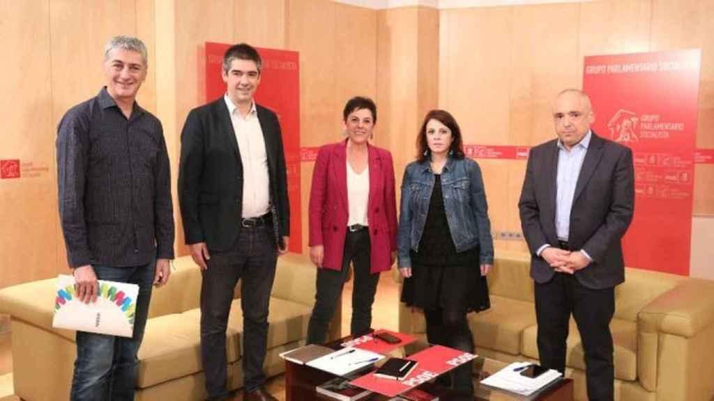 Adriana Lastra y Rafael Simancas se reúnen junto a miembros de Bildu en el Congreso.