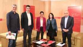 Adriana Lastra y Rafael Simancas junto a los miembros de Bildu reunidos este martes en el Congreso.