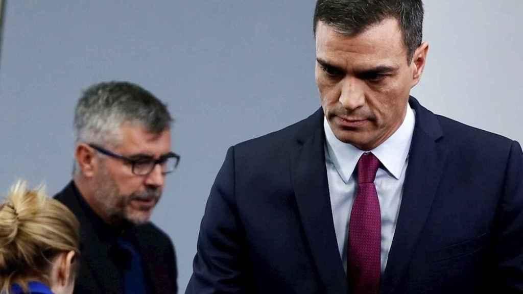 Pedro Sánchez al término de una rueda de prensa, con Miguel Ángel Oliver a sus espaldas.
