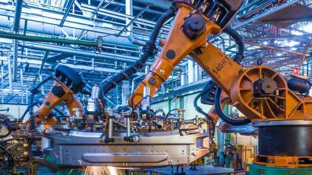 Una de las aplicaciones del 5G es en robots industriales.