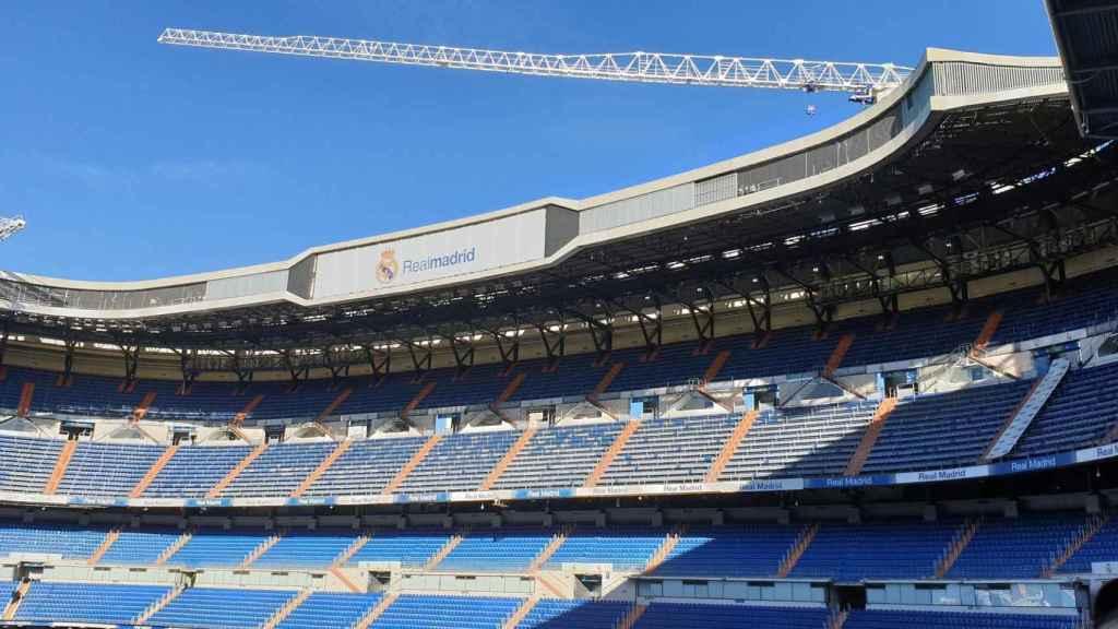 Imagen de una grúa desde la vista interior del Santiago Bernabéu