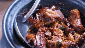 La carne de un guiso tradicional.