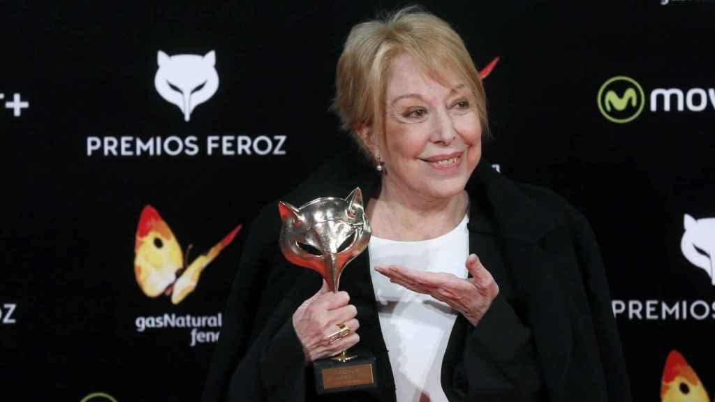 Rosa María Sardá con el premio Feroz de honor.
