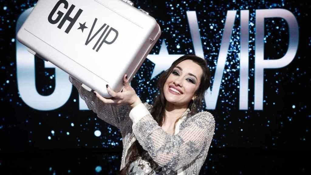 Adara Molinero posando feliz junto al maletín del premio.