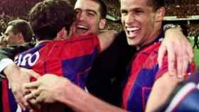 Figo y Guardiola se abrazan al lado de Rivaldo
