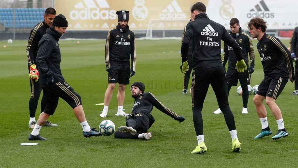 Isco y Ramos pugnan por un balón