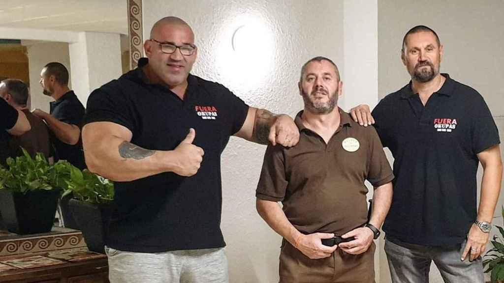 La 'brigada de boxeadores' en un control de acceso a una vivienda okupada.