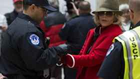 Jane Fonda siendo detenida por la policía durante una de sus protestas contra el cambio climático.