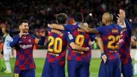 Los jugadores del Barcelona celebran uno de los goles del partido