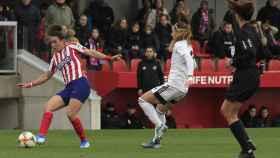 Dos jugadoras pugnan por la posesión en el Atlético de Madrid - Tacón