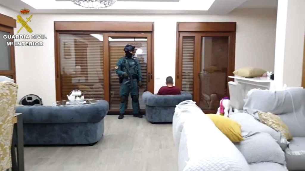 La Guardia Civil entra en la vivienda de Capa, el 'Señor de la droga del puerto'.