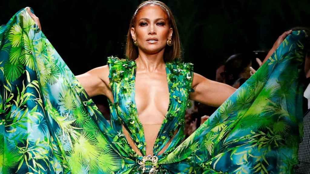 Jennifer López deslumbró cerrando el desfile de Versace.