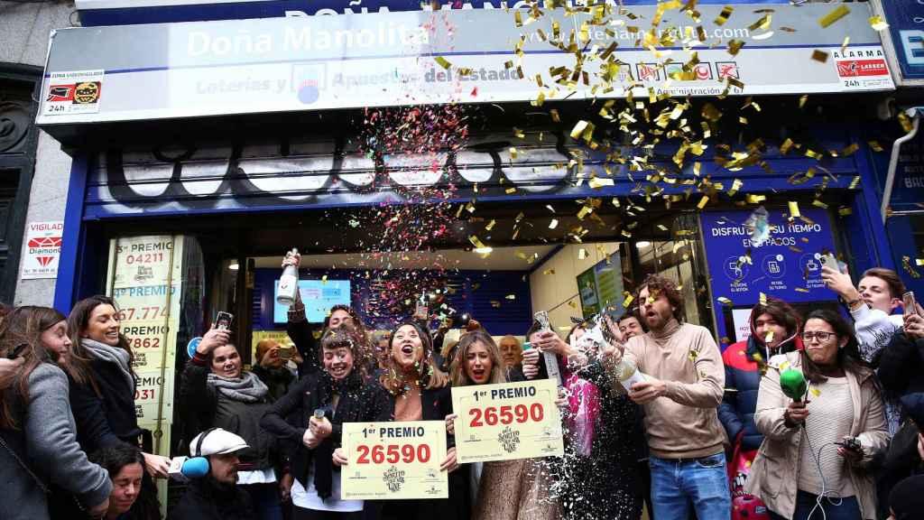 Celebración en la administración de lotería Doña Manolita, que ha vendido seis premios.