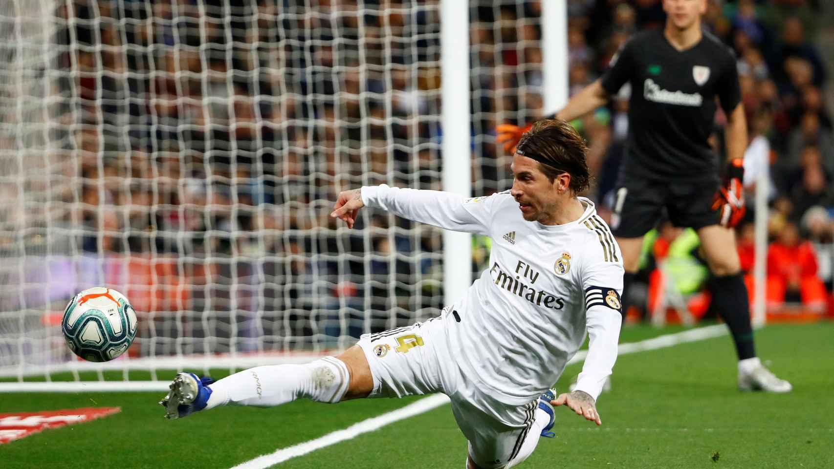 Sergio Ramos intenta evitar que el balón salga por la línea de fondo