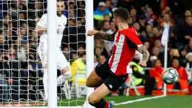 Unai Nunez evita que un disparo de Benzema entre en la portería