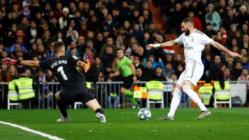 Karim Benzema intenta superar a Unai Simón