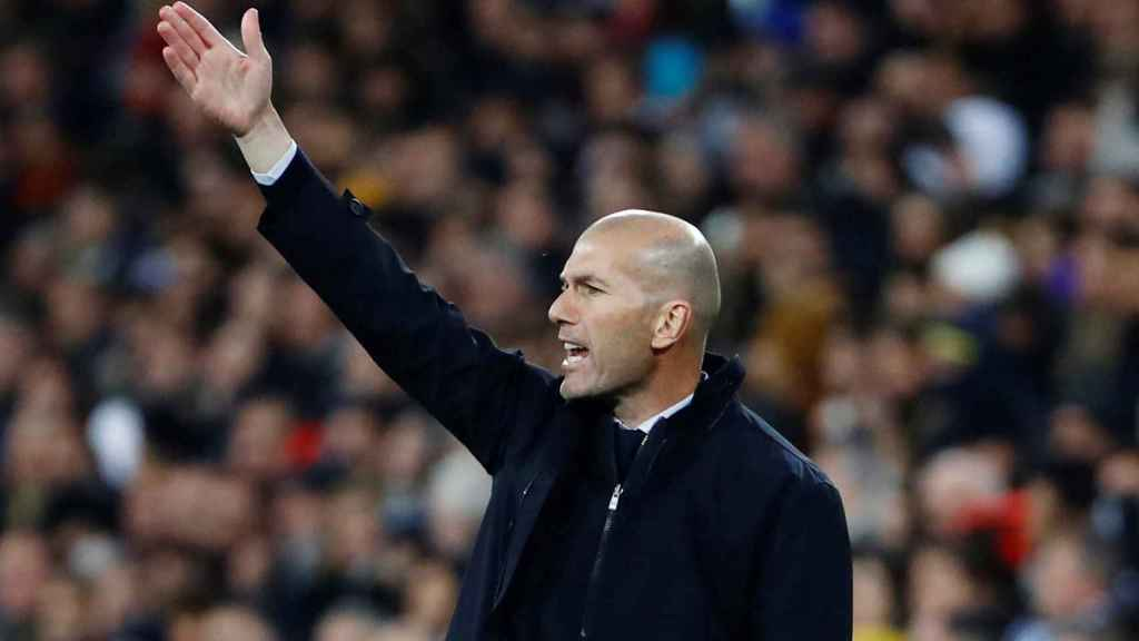 Zidane da instrucciones a sus jugadores desde la banda del Santiago Bernabéu
