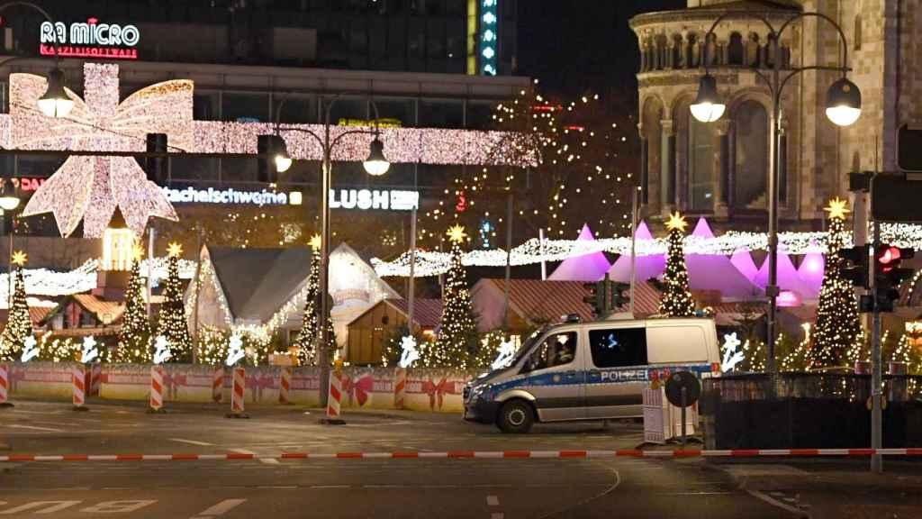 El mercado navideño de Breitscheidplatz, tras ser evacuado  por la policía, en Berlín.