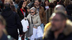 Los madrileños ultiman este 23 de diciembre sus compras, un día antes de Nochebuena.