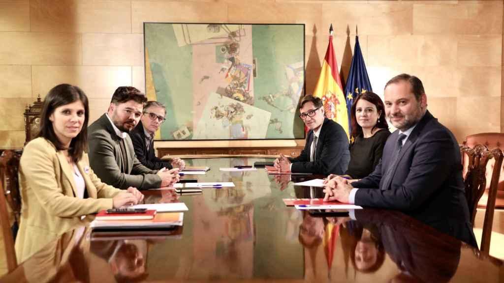 Mesa de negociación PSOE-ERC en el Congreso de los Diputados.