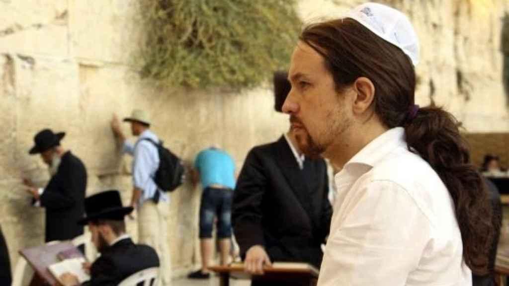 Pablo Iglesias, ante el Muro de las Lamentaciones de Jerusalén, ataviado con la kipá judía.