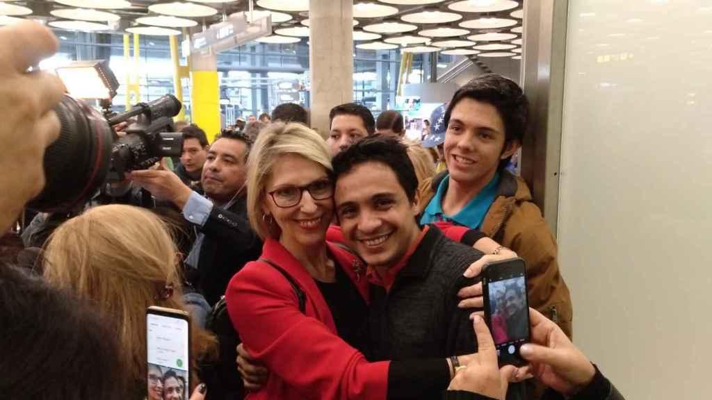 La ex eurodiputada Beatriz Becerra recibe en Barajas al refugiado político venezolano Lorent Saleh.