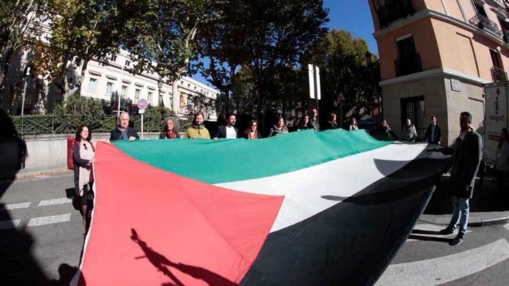 Diputados de Unidos Podemos reciben a Reuven Rivlin, presidente de Israel, con una gran bandera palestina.