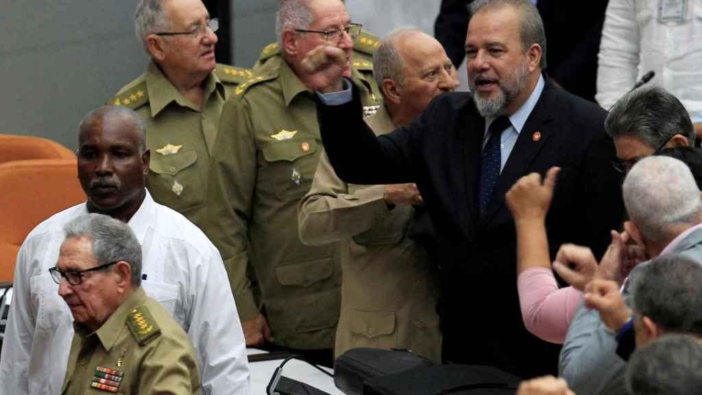 Manuel Marrero, en el centro, tras ser proclamado primer ministro de Cuba.