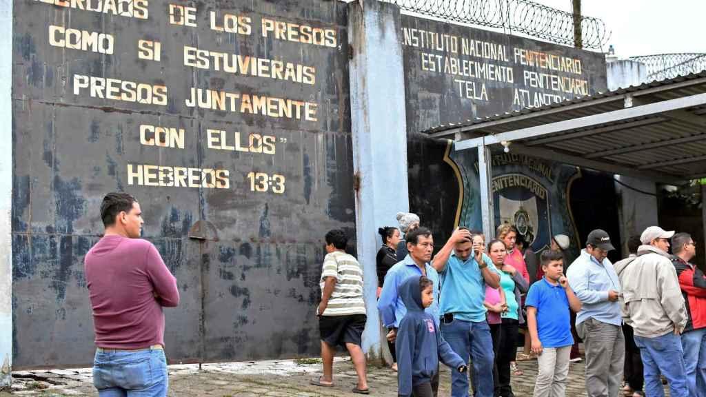 Familiares reunidos en la cárcel de Honduras donde se ha producido la muerte de 18 presos.