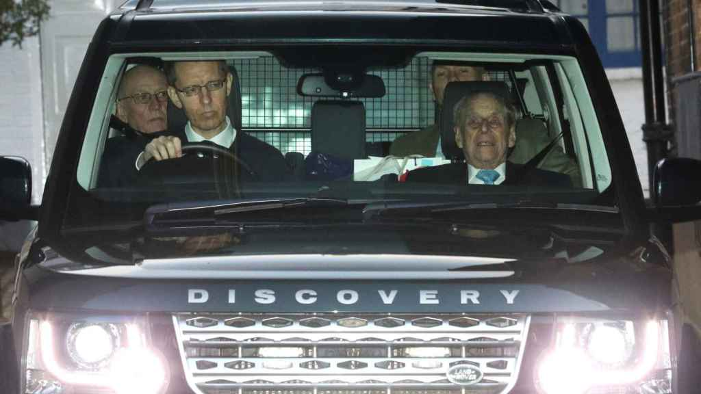 El duque de Edimburgo abandonado el hospital donde ha permanecido cuatro días ingresado.