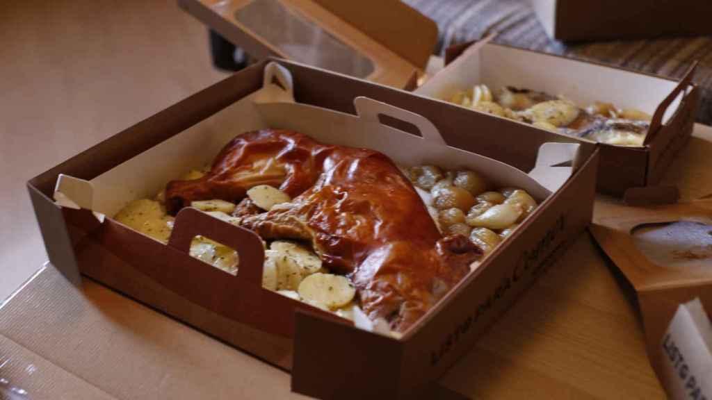 El cochinillo viene servido en una caja que se mete directamente al horno.